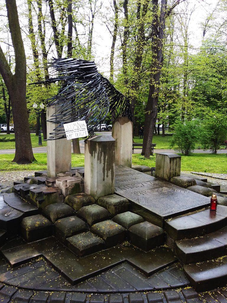 Napis na Pomniku Nieznanego Żołnierza w jasielskim parku