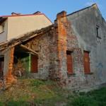 Budownictwo jednorodzinne. Ten dom swoją świetność ma już za sobą (fot. ja)