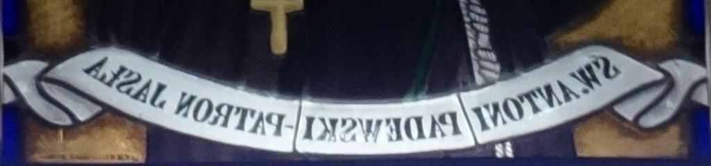Witrażowy napis pod św. Antonim (fot. ja)