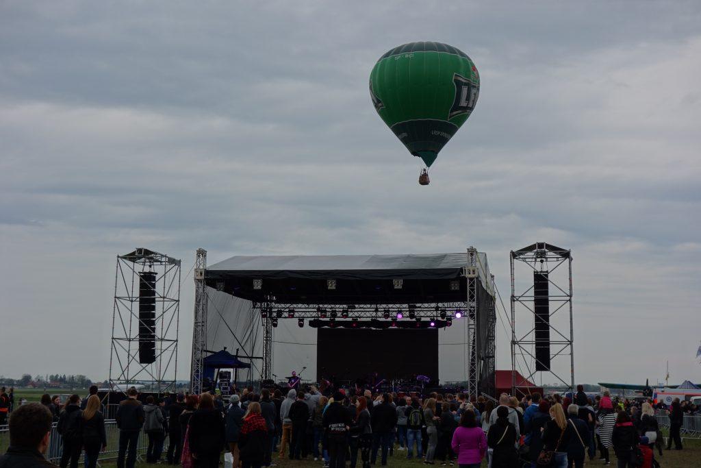 Miejsce imprezy masowej, a nad sceną balon