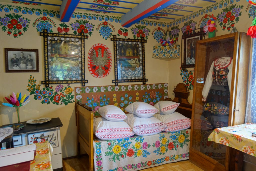 Izba w malowanej zalipiańskiej chacie