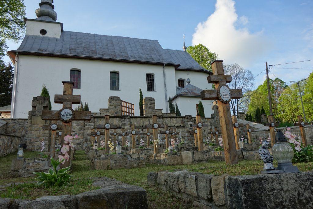 Cmentarz żołnierzy walczących na froncie I wojny światowej w Desznicy. W tle dzisiejszy kościół parafialny.