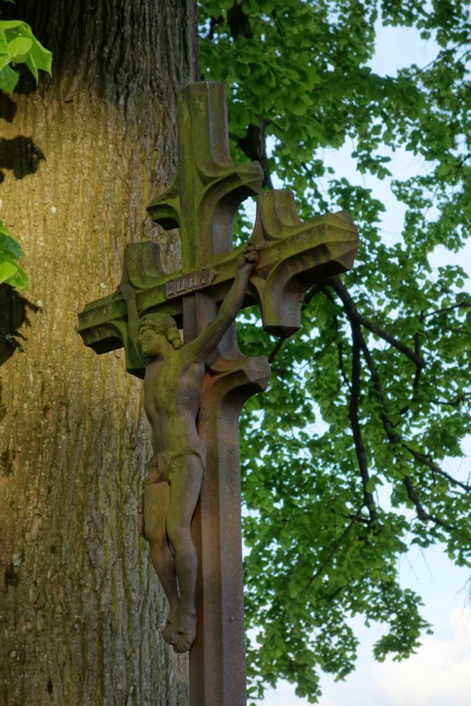 Krzyż na XIX w. grobie przy kościele w Desznicy