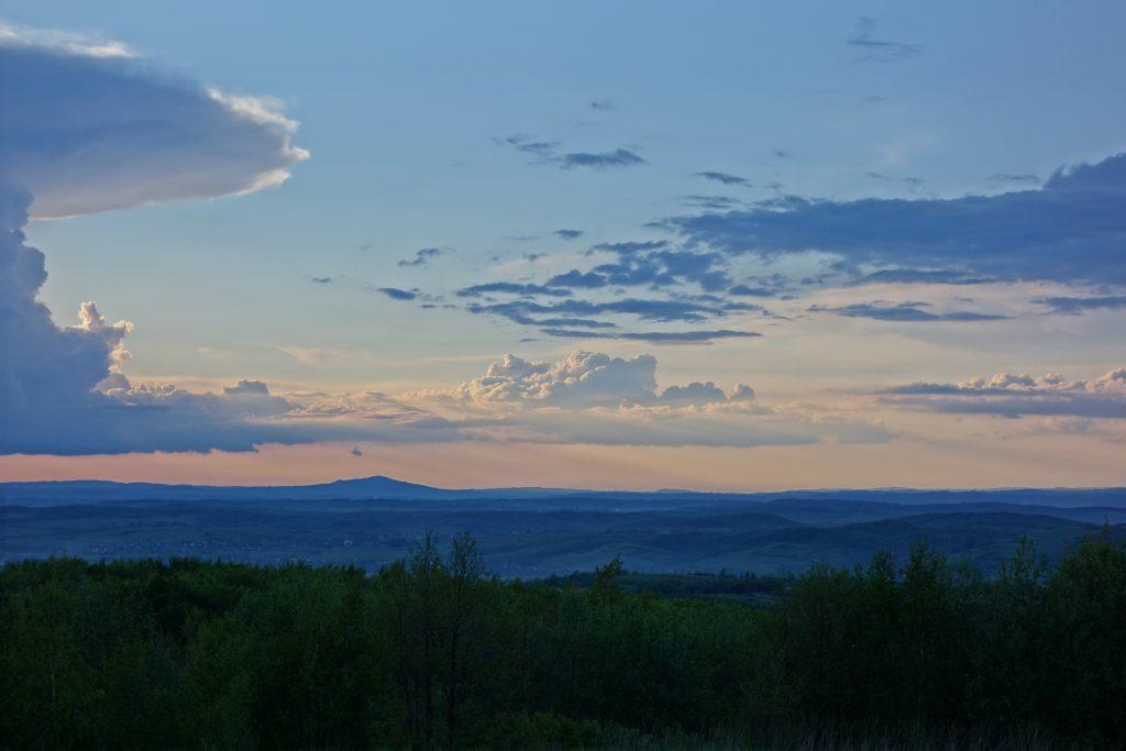 Widok na zachód, lekko skręcając w północ. Na horyzoncie widoczny Liwocz