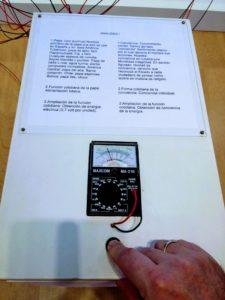 Miernik pokazuje coś koło 70 volt.